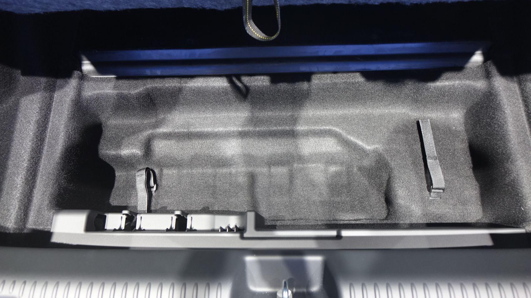 Mercedes EQE FAch unter dem Kofferraum