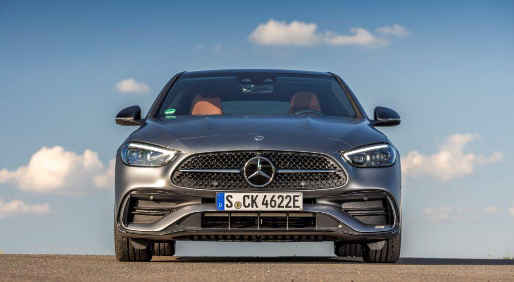 Mercedes-Benz C 300 e (Kraftstoffverbrauch kombiniert: 1,6-1,3 l/100 km; CO2-Emissionen kombiniert: 36-29 g/km; Stromverbrauch kombiniert: 22-20 kWh/100 km (vorläufige Werte)); designo selenitgrau magno; Leder Nappa sienabraun/schwarz; AMG Line + Nightpaket; Komfortfahrwerk; DC-Laden //  Mercedes-Benz C 300 e (combined fuel consumption: 1.6-1.3 l/100 km; combined CO2 emissions: 36-29 g/km; combined energy consumption: 22-20 kWh/100 km (preliminary values)); designo selenite grey magno ; Nappa leather sienna brown/black; AMG Line + Nightpaket; Comfort suspension; DC charging