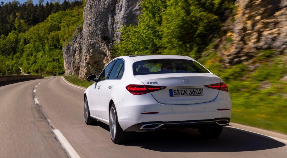 Mercedes-Benz C 200 (Kraftstoffverbrauch kombiniert (NEFZ): 6,6-6,2 l/100 km; CO2-Emissionen kombiniert: 150-141 g/km); Exterieur: designio opalithweiß bright, Interieur: Leder Nappa sienabraun/schwarz // Mercedes-Benz C 200 (combined fuel consumption (NEDC): 6.6-6.2 l/100 km; combined CO2 emissions: 150-141 g/km); exterior: designo opalite white bright ; interior: Nappa leather sienna brown/black