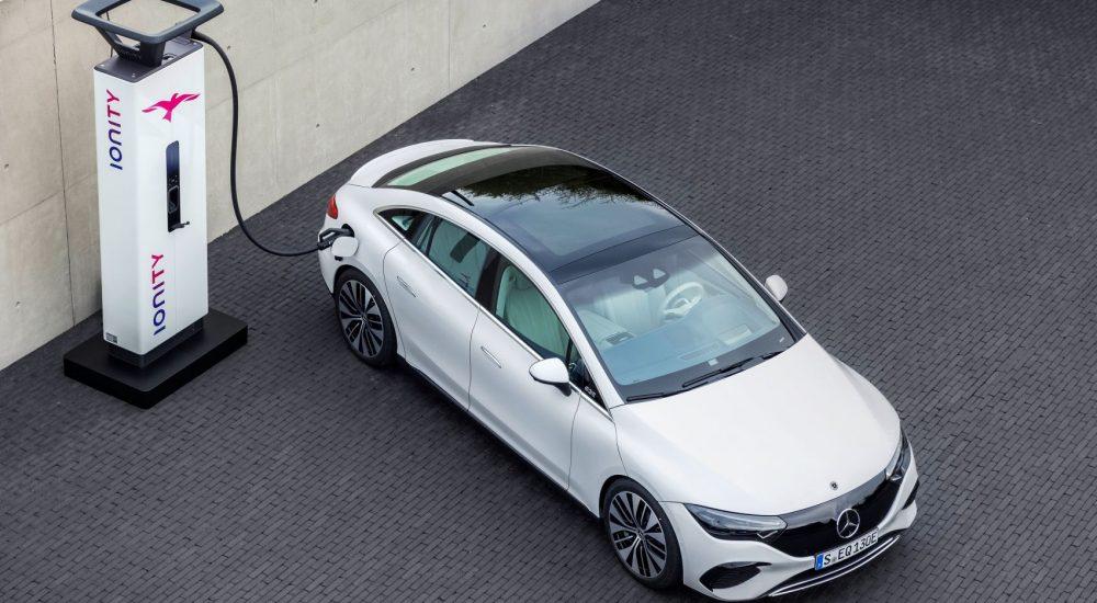 Mercedes-EQ. EQE 350, Electric Art Line, apalithweiß, an der Ladesäule (Stromverbrauch nach WLTP: 19,3-15,7 kWh/100 km; CO2-Emissionen: 0 g/km) // Mercedes-EQ. EQE 350, Electric Art Line, apalithic white, at a charging station (electrical consumption WLTP: 19,3-15,7 kWh/100 km; CO2 emissions: 0 g/km)