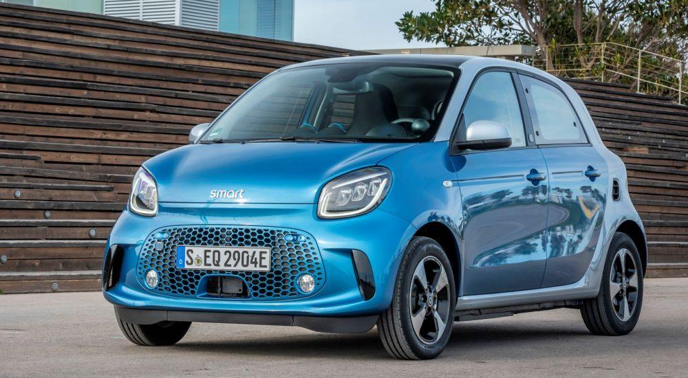 smart EQ forfour, steel blue, passion line, interior black fabric with blue topstitching; smart EQ forfour: Stromverbrauch kombiniert, 4,6 kW-Bordlader, (kWh/100 km), 17,3-15,9; CO2-Emission kombiniert (g/km) 0*  //  Stromverbrauch kombiniert, 22 kW-Bordlader, (kWh/100 km), 15,9-14,6; CO2-Emission kombiniert (g/km) 0*   smart EQ forfour, steel blue, passion line, interior black fabric with blue topstitching; smart EQ forfour: Combined power consumption, 4.6 kW on-board charger, (kWh/100 km), 17.3-15.9; Combined CO2 emissions (g/km) 0*  //  Combined power consumption, 22 kW on-board charger, (kWh/100 km), 15.9-14.6; Combined CO2 emissions (g/km) 0*